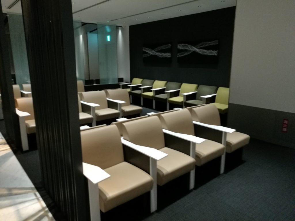 広島空港 国内線ANAラウンジソファー席(手前)