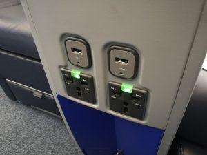 B737-300のプレミアムシートの電源タップ