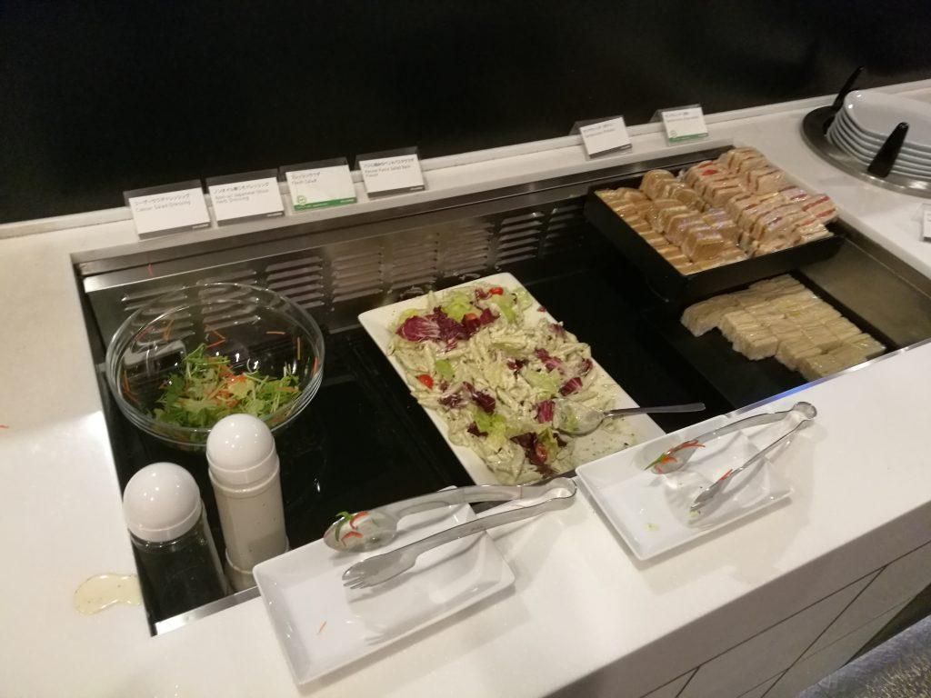 羽田国際線ANAラウンジ サラダとサンドイッチ