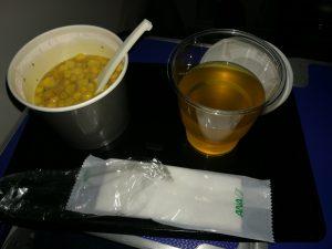 軽食のコーンスープとお茶