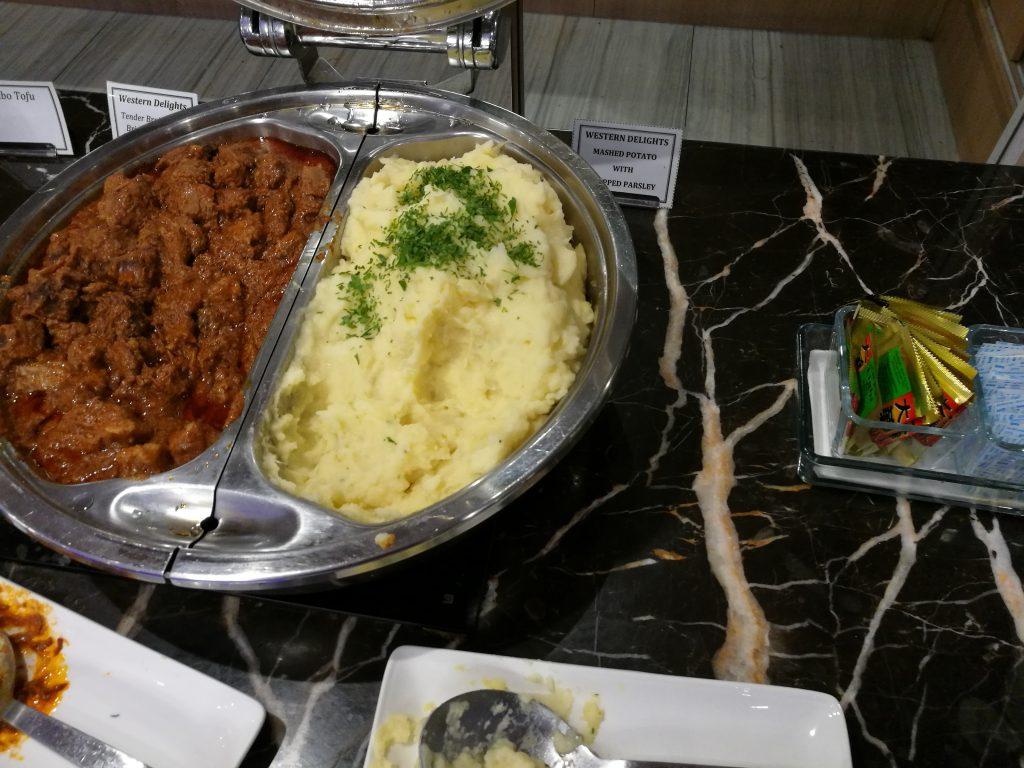 SATS Premier Lounge ビーフ・マッシュドポテト