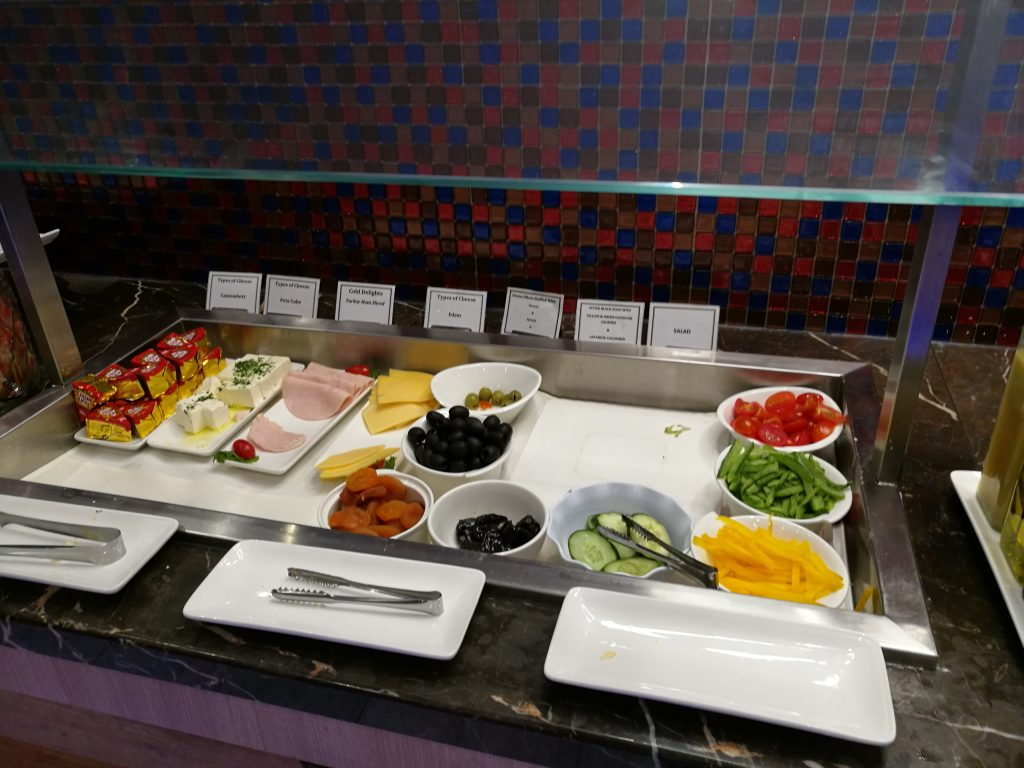 SATS Premium Lounge サラダやおつまみ
